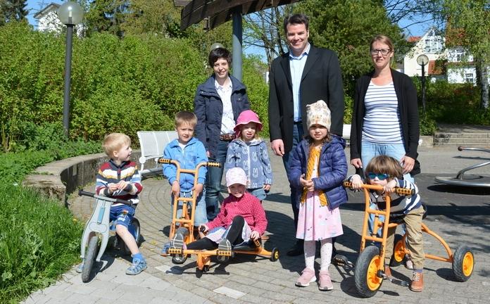 Die Kinder können es nicht erwarten, die neuen Fahrzeuge zu benutzen.