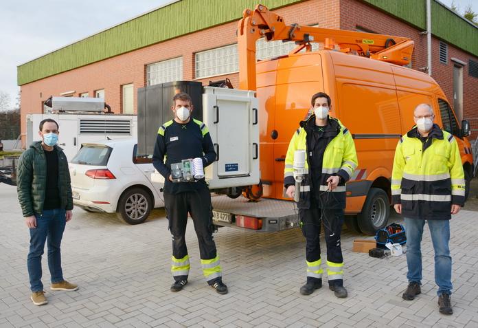 Stephan Siegert, Stadt Soest, hat heute zusammen mit Thomas Schimanski, Tobias Peck und Karl-Heinz Hake - alle Stadtwerke Soest - den Startschuss für die Installation des Sensorennetzwerkes gegeben.