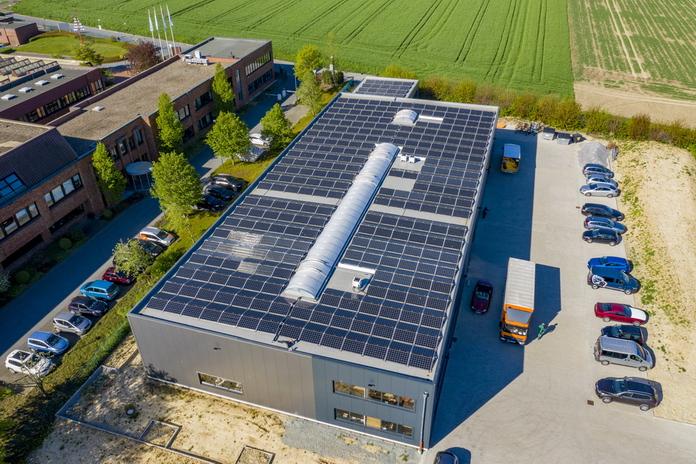 Stadtwerke Soest - Gerpol Sitzsysteme - Ganz im Zeichen der nachhaltigen Produktion sind die Hallendächer vollständig mit PV-Modulen bedeckt.