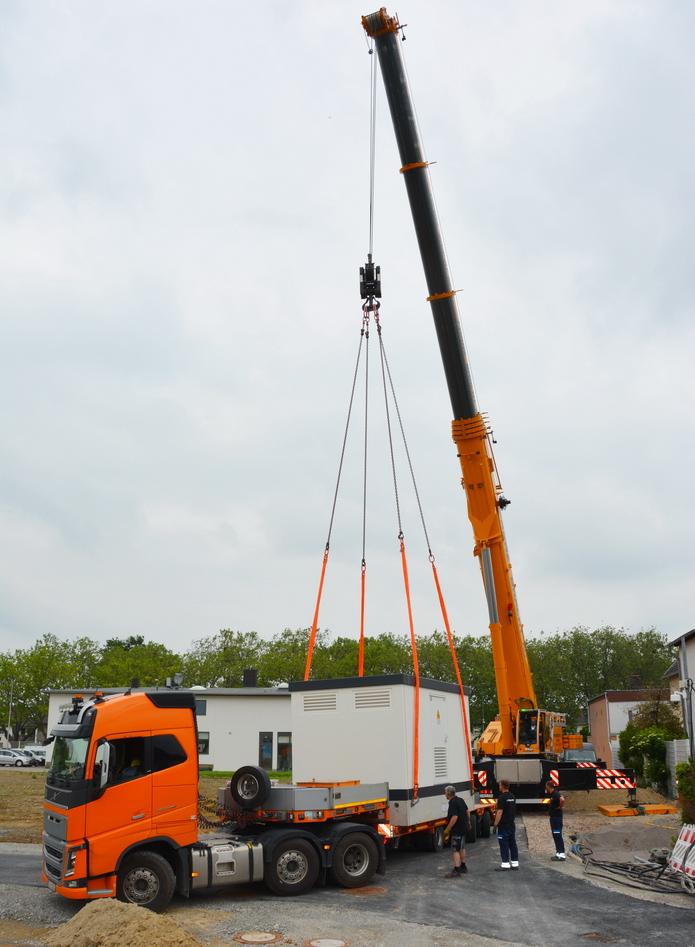 Stadtwerke Soest - Kraftzwerg: Zwar nur 5 Meter lang, aber 32 Tonnen schwer und daher wird für die Trafostation ein richtig ausgewachsener Kran benötigt.